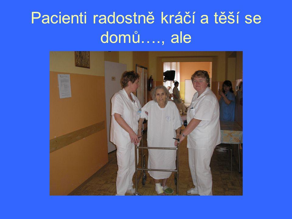 Pacienti radostně kráčí a těší se domů…., ale