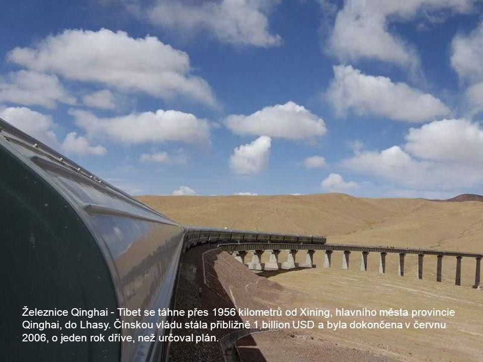 Železnice Qinghai - Tibet se táhne přes 1956 kilometrů od Xining, hlavního města provincie Qinghai, do Lhasy.