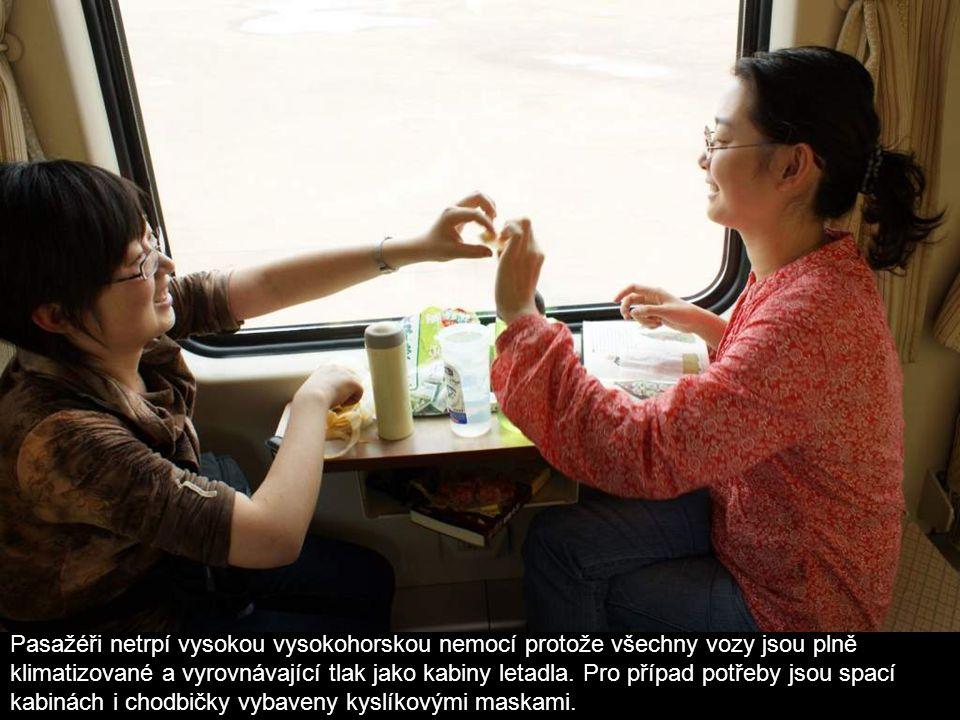 Pasažéři netrpí vysokou vysokohorskou nemocí protože všechny vozy jsou plně klimatizované a vyrovnávající tlak jako kabiny letadla.