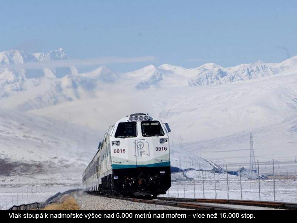 Vlak stoupá k nadmořské výšce nad 5. 000 metrů nad mořem - více než 16