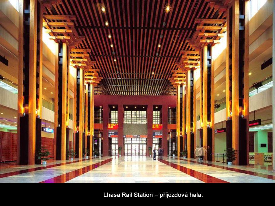 Lhasa Rail Station – příjezdová hala.