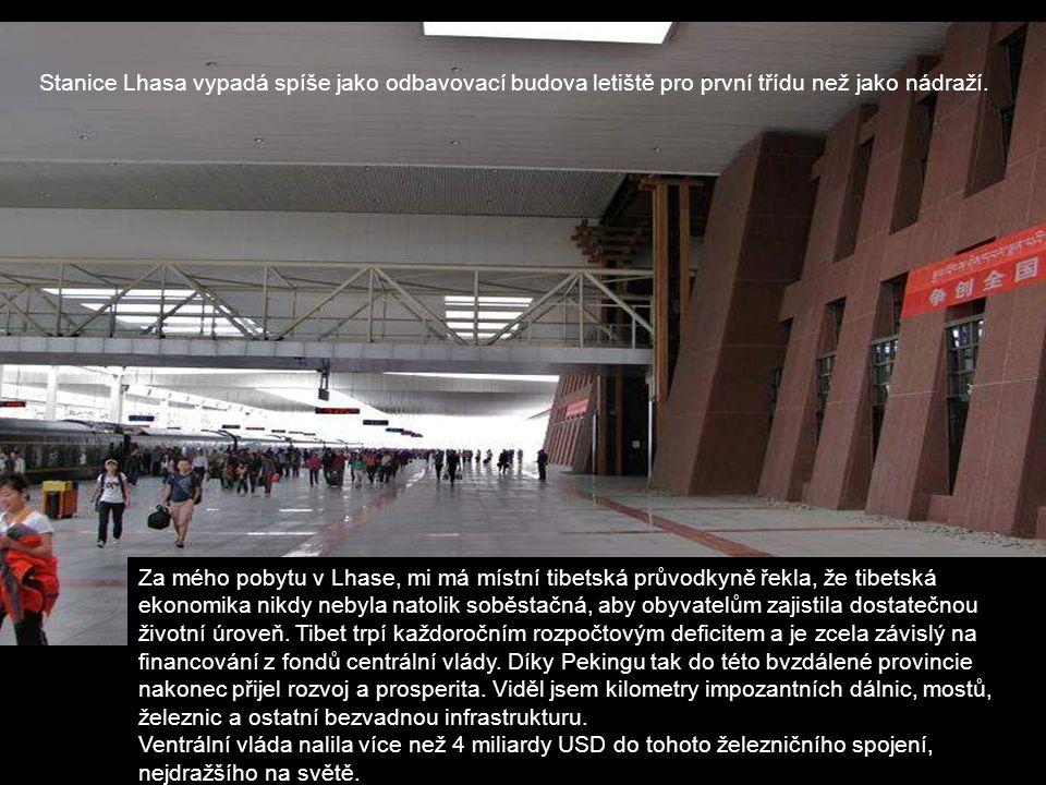 Stanice Lhasa vypadá spíše jako odbavovací budova letiště pro první třídu než jako nádraží.