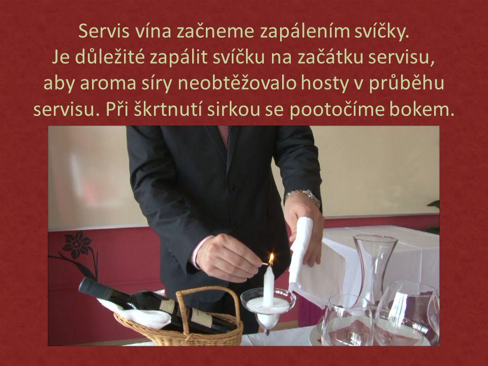Servis vína začneme zapálením svíčky