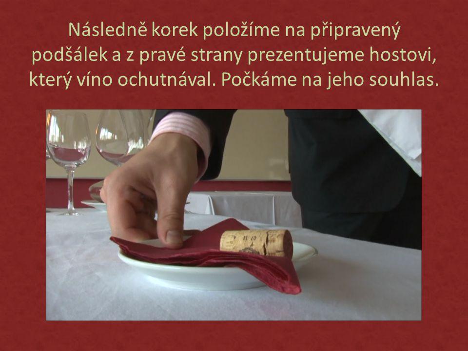 Následně korek položíme na připravený podšálek a z pravé strany prezentujeme hostovi, který víno ochutnával.