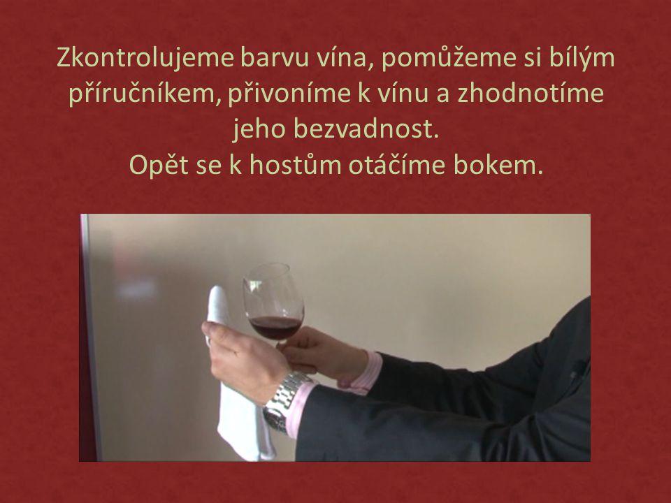 Zkontrolujeme barvu vína, pomůžeme si bílým příručníkem, přivoníme k vínu a zhodnotíme jeho bezvadnost.