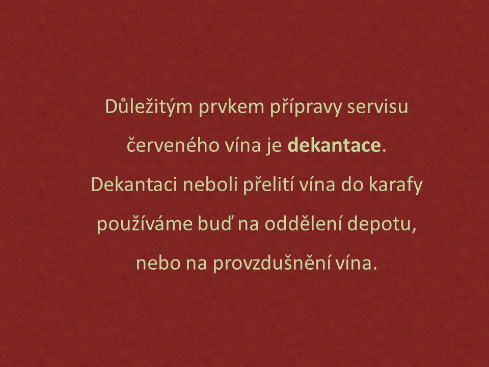 Důležitým prvkem přípravy servisu červeného vína je dekantace.