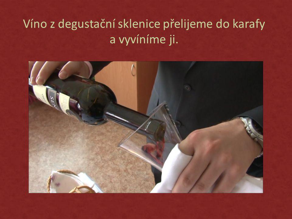 Víno z degustační sklenice přelijeme do karafy a vyvíníme ji.