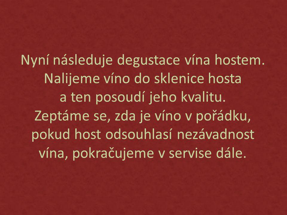 Nyní následuje degustace vína hostem