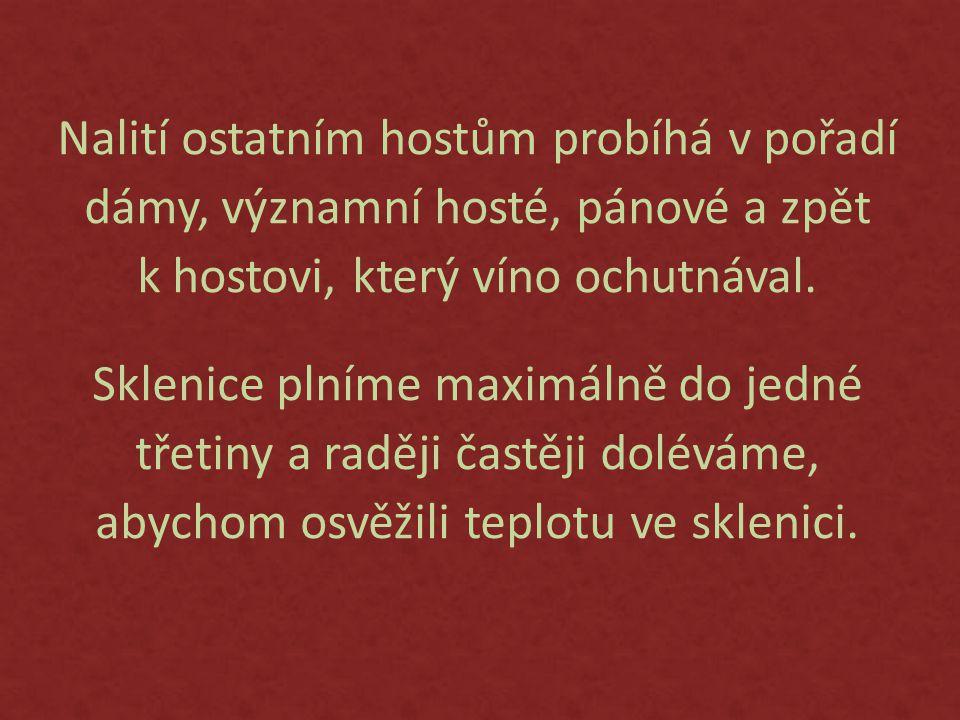 Nalití ostatním hostům probíhá v pořadí dámy, významní hosté, pánové a zpět k hostovi, který víno ochutnával.