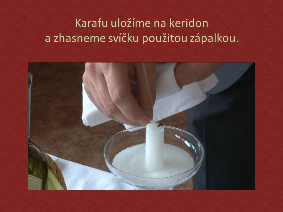 Karafu uložíme na keridon a zhasneme svíčku použitou zápalkou.