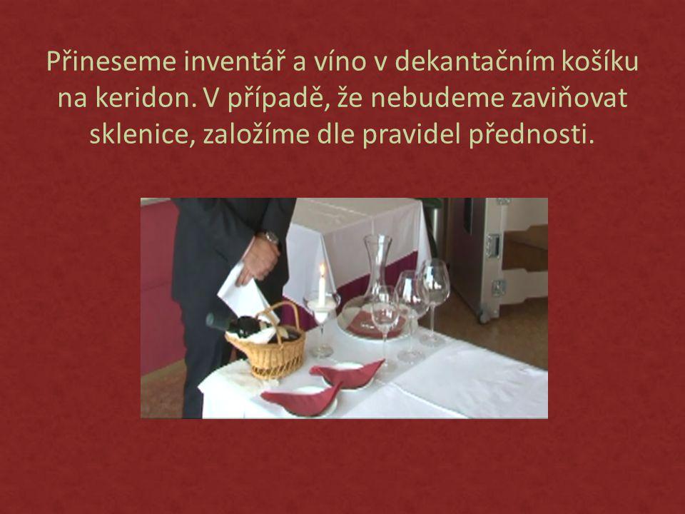 Přineseme inventář a víno v dekantačním košíku