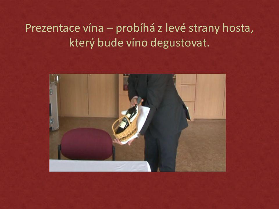 Prezentace vína – probíhá z levé strany hosta,