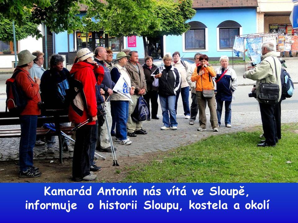 Kamarád Antonín nás vítá ve Sloupě, informuje o historii Sloupu, kostela a okolí