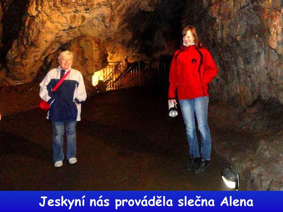 Jeskyní nás prováděla slečna Alena