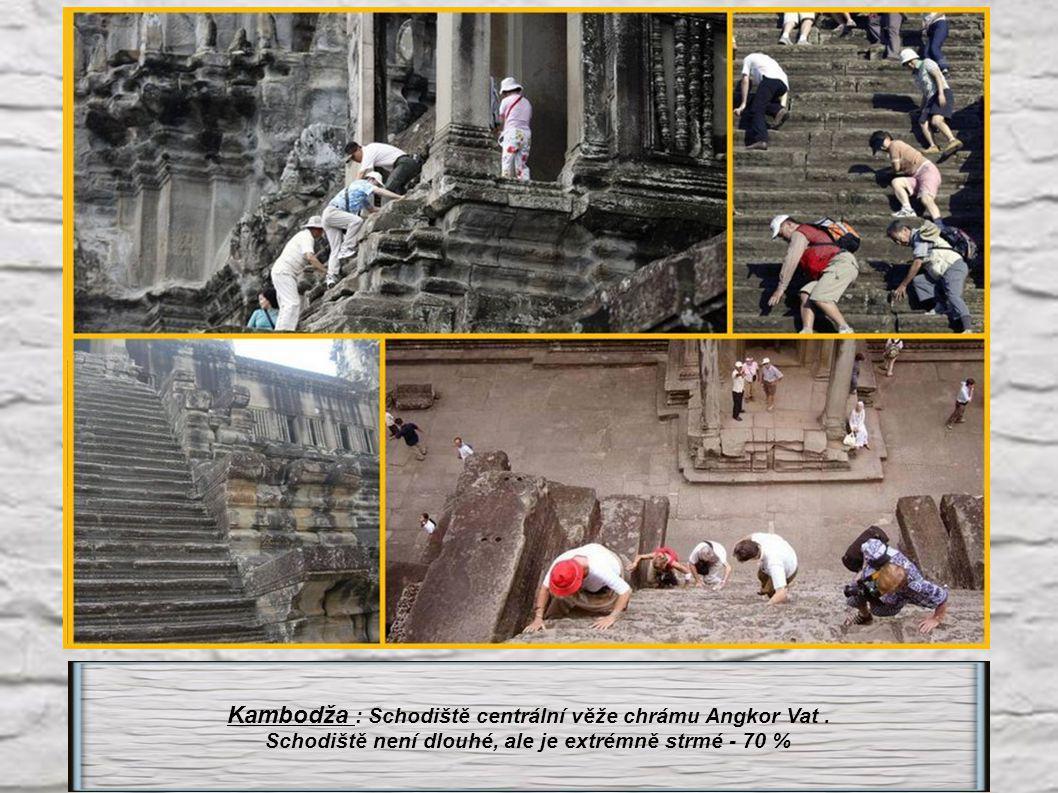 Kambodža : Schodiště centrální věže chrámu Angkor Vat .