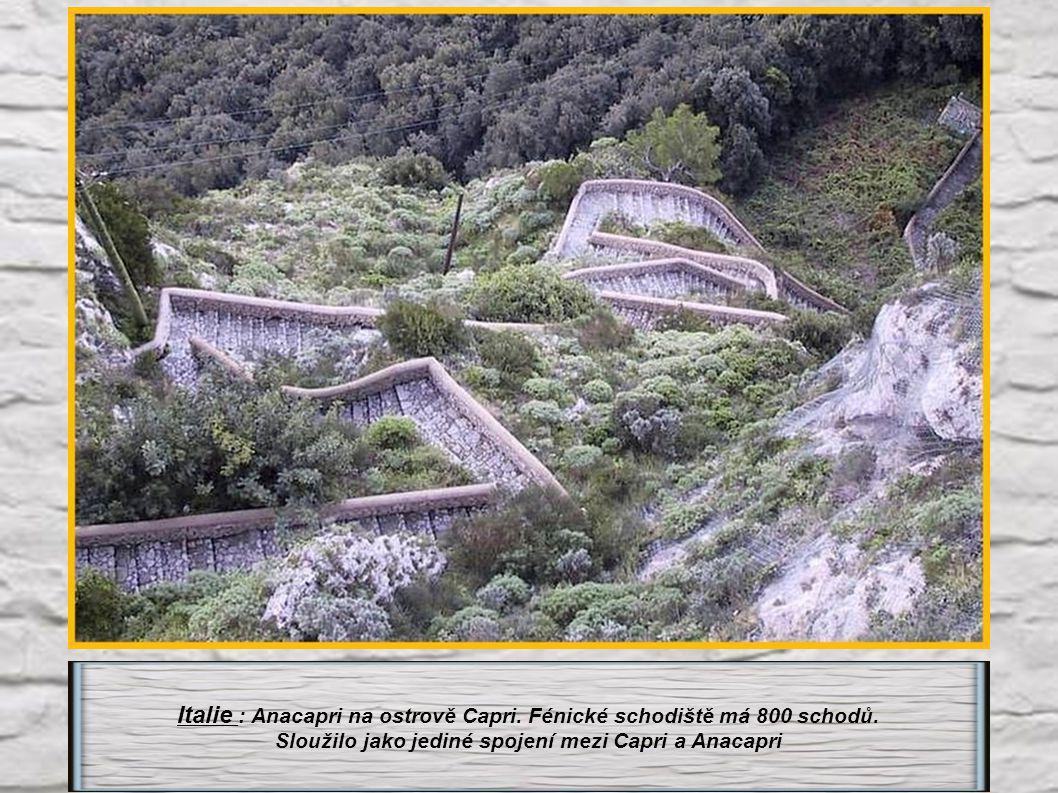 Italie : Anacapri na ostrově Capri. Fénické schodiště má 800 schodů.