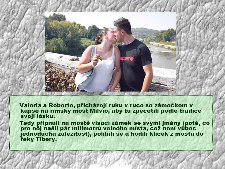 Valeria a Roberto, přicházejí ruku v ruce se zámečkem v kapse na římský most Milvio, aby tu zpečetili podle tradice svoji lásku.