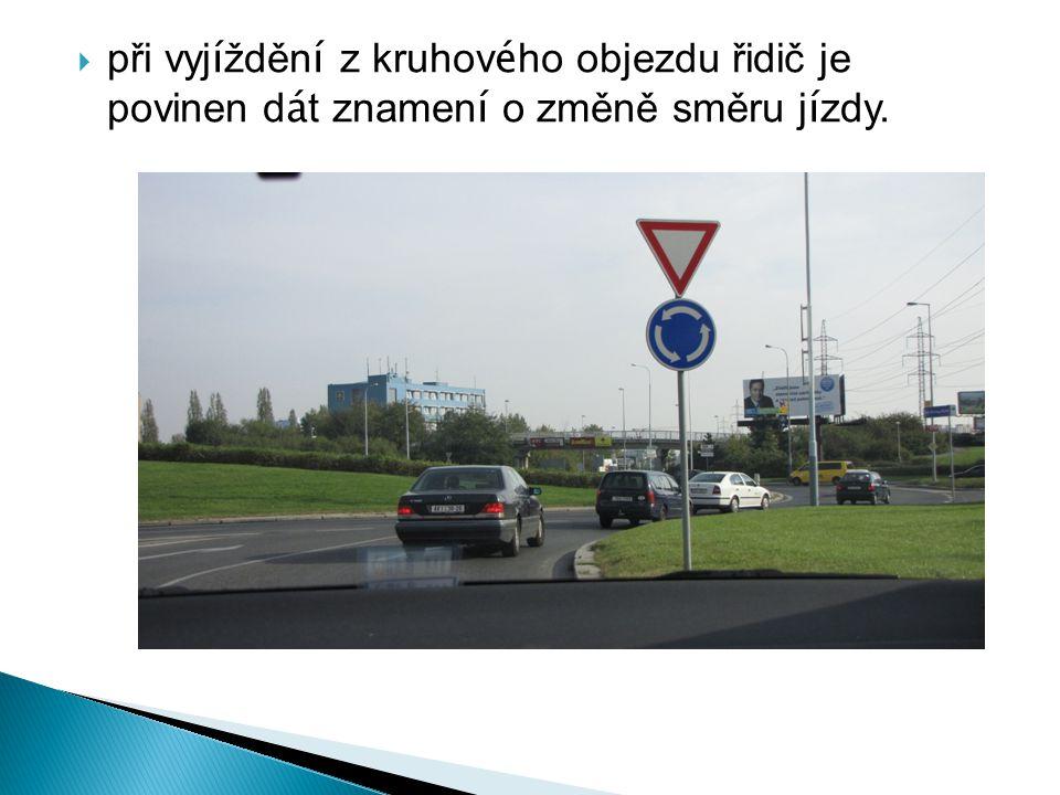 při vyjíždění z kruhového objezdu řidič je povinen dát znamení o změně směru jízdy.