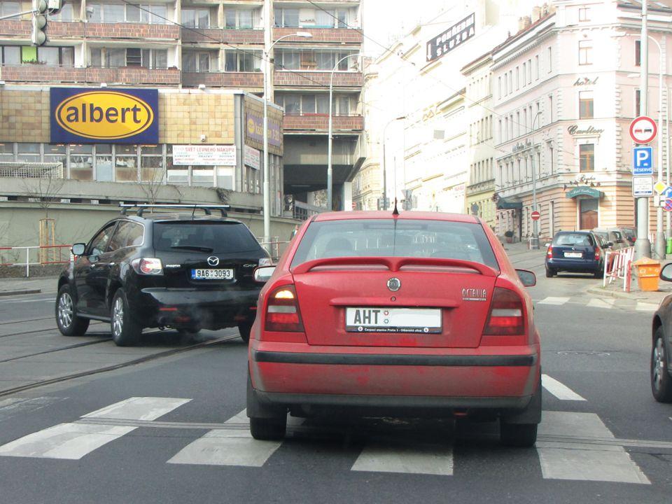 §21 Odbočování Při odbočování na křižovatce nebo na místo ležící mimo pozemní komunikaci musí řidič dávat znamení o změně směru jízdy;