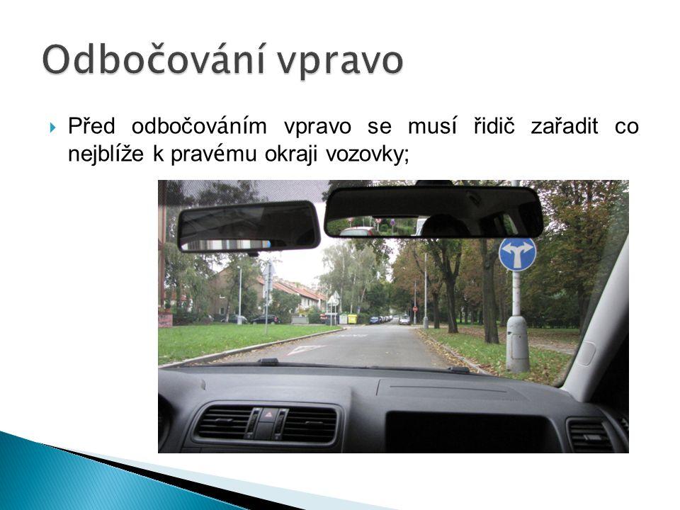 Odbočování vpravo Před odbočováním vpravo se musí řidič zařadit co nejblíže k pravému okraji vozovky;