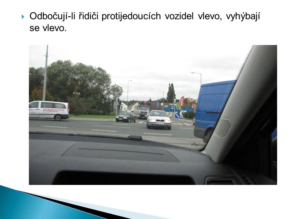 Odbočují-li řidiči protijedoucích vozidel vlevo, vyhýbají se vlevo.