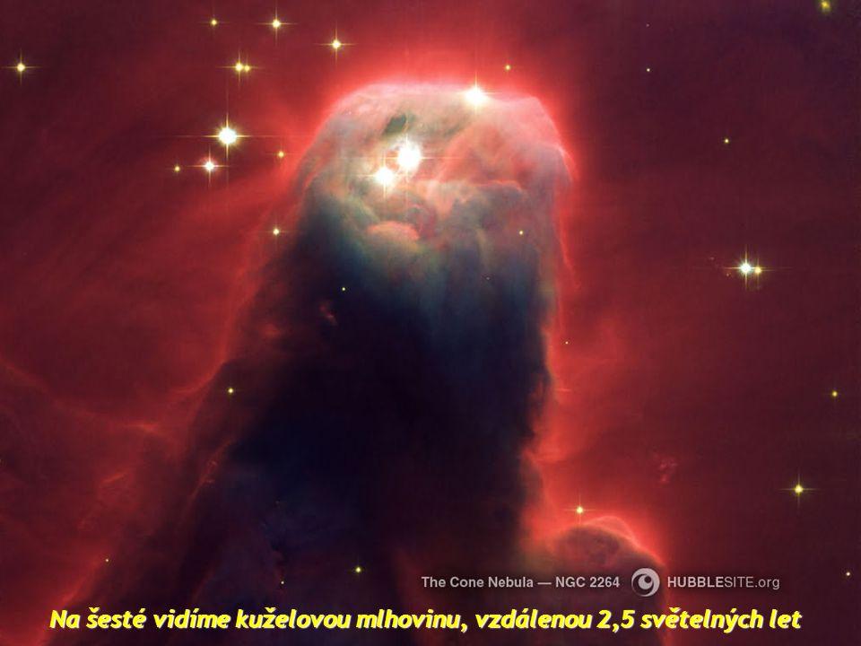 Na šesté vidíme kuželovou mlhovinu, vzdálenou 2,5 světelných let