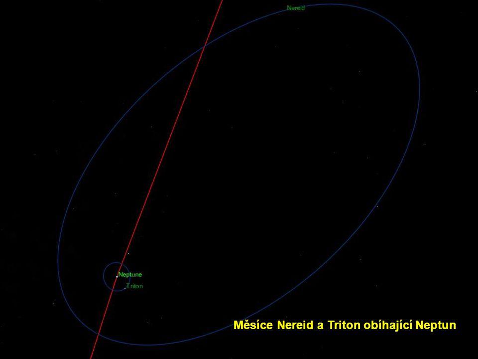 Měsíce Nereid a Triton obíhající Neptun