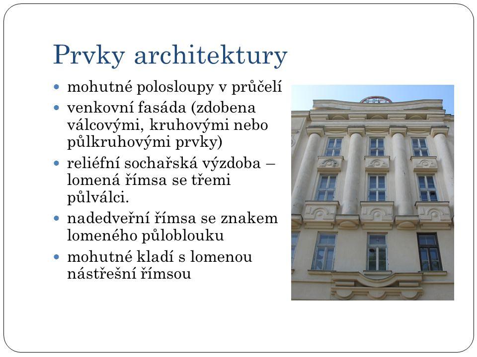 Prvky architektury mohutné polosloupy v průčelí