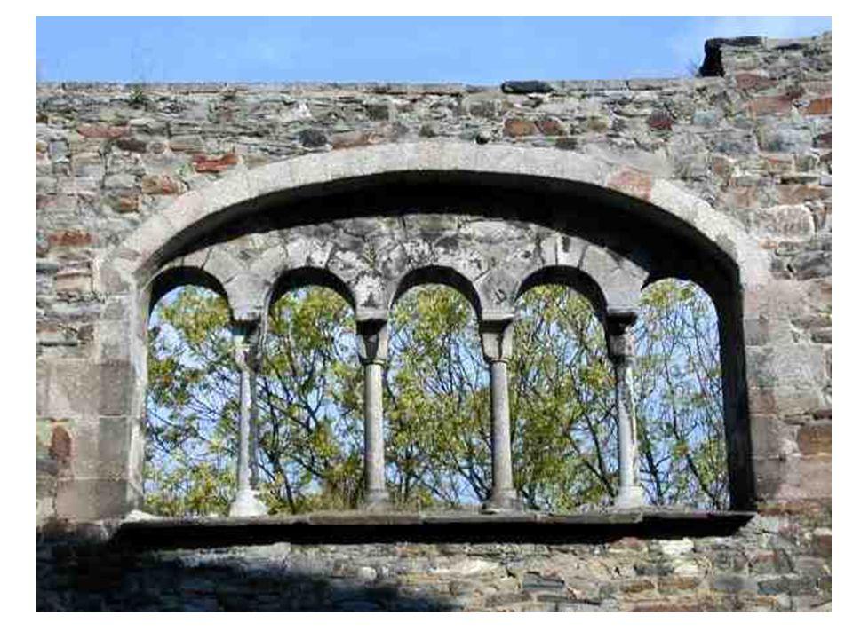 Sdružené okno auly královského paláce v Chebu; dokonce pětiokno!