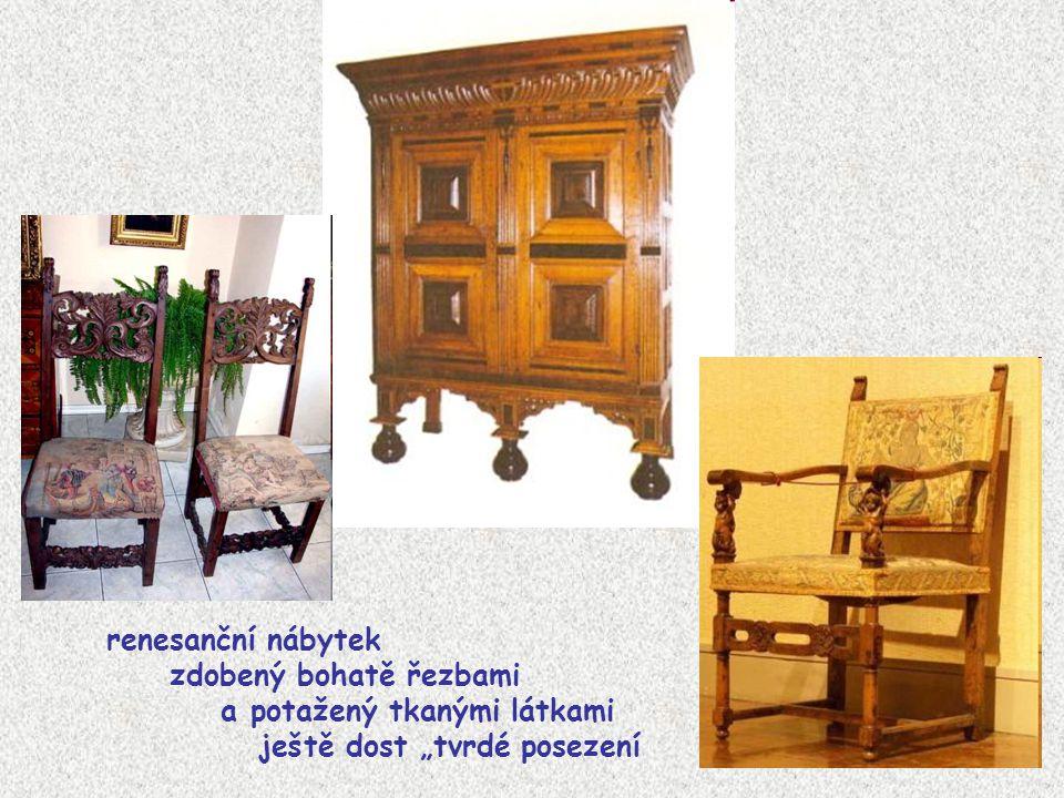 """renesanční nábytek zdobený bohatě řezbami a potažený tkanými látkami ještě dost """"tvrdé posezení"""
