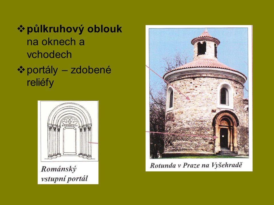 půlkruhový oblouk na oknech a vchodech
