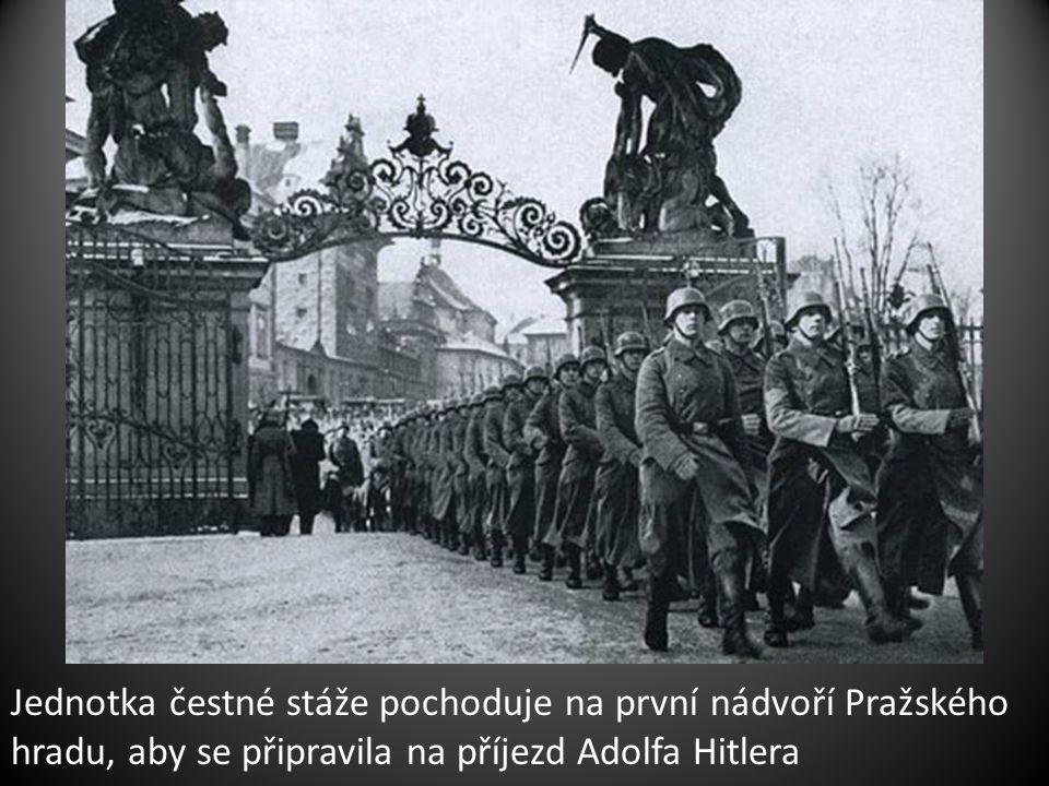 Jednotka čestné stáže pochoduje na první nádvoří Pražského hradu, aby se připravila na příjezd Adolfa Hitlera