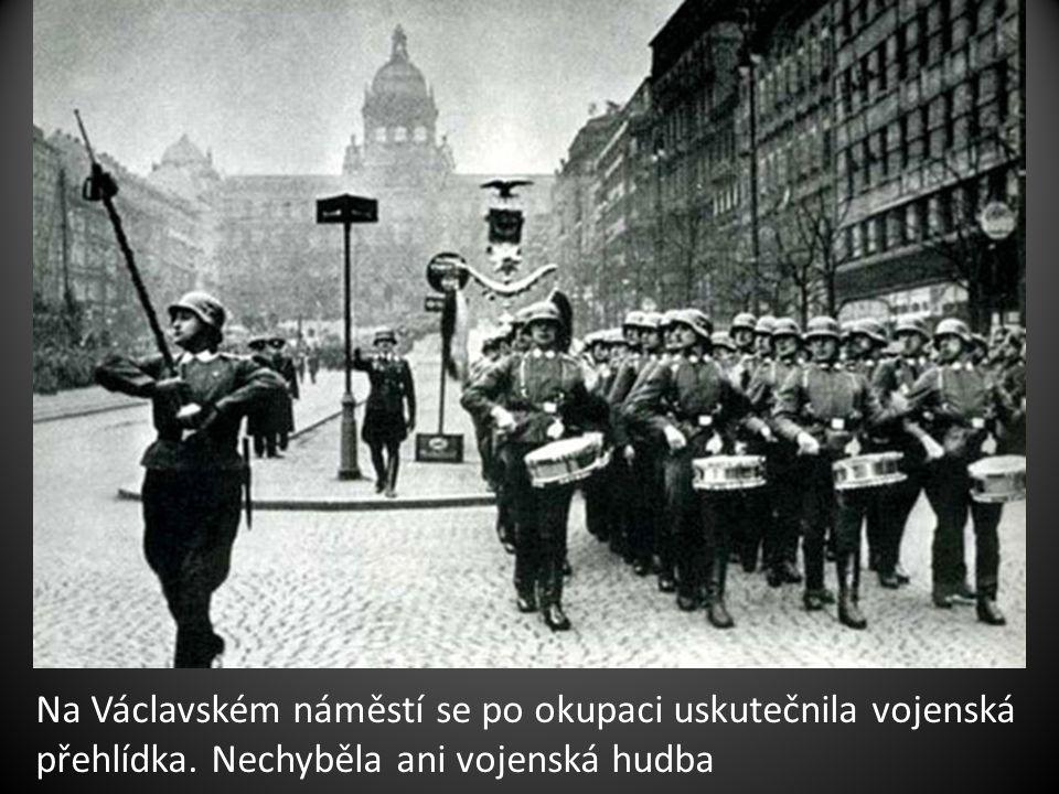 Na Václavském náměstí se po okupaci uskutečnila vojenská přehlídka