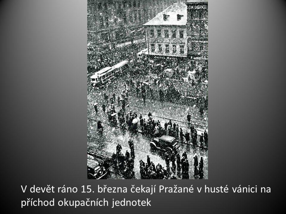 V devět ráno 15. března čekají Pražané v husté vánici na příchod okupačních jednotek