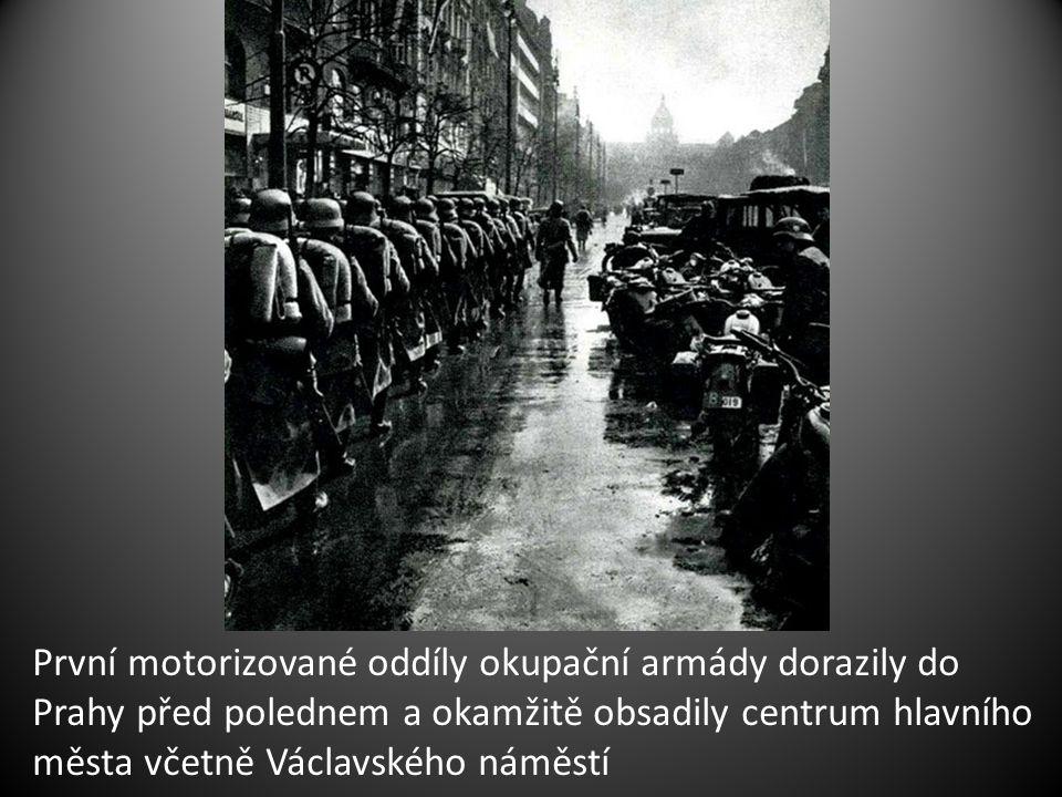 První motorizované oddíly okupační armády dorazily do Prahy před polednem a okamžitě obsadily centrum hlavního města včetně Václavského náměstí
