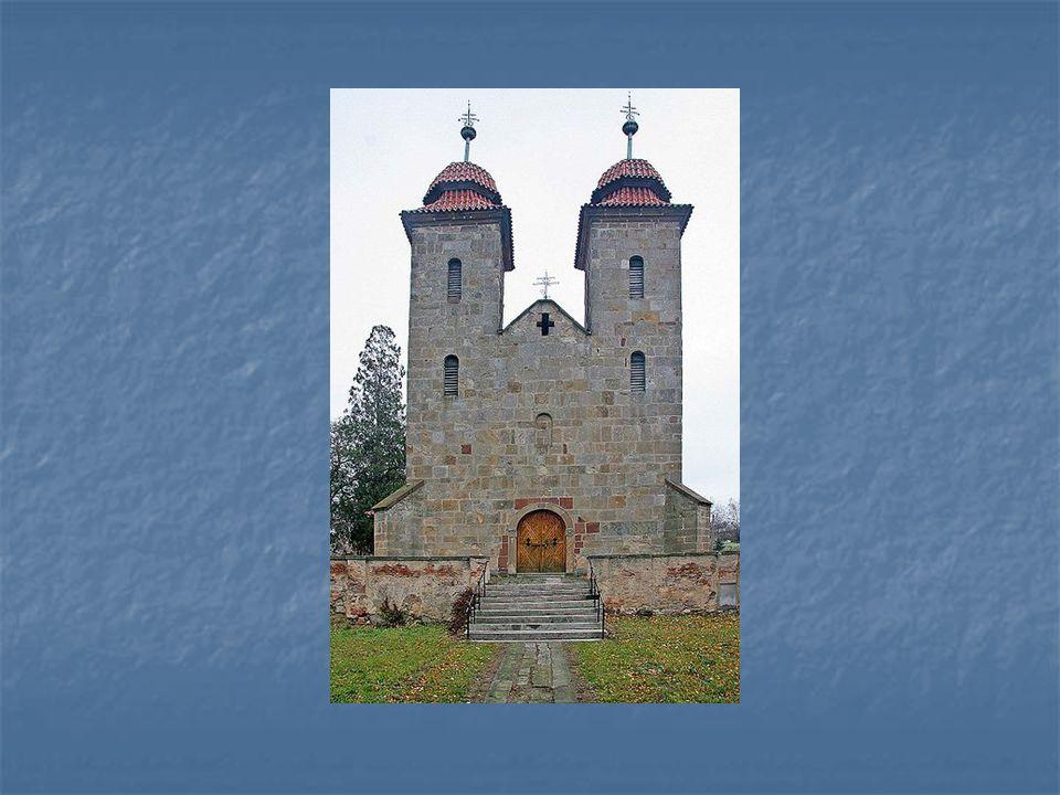 Průčelí baziliky Panny Marie v Tismicích u Českého Brodu – stavba pochází ze 12.století, prošla barokními úpravami
