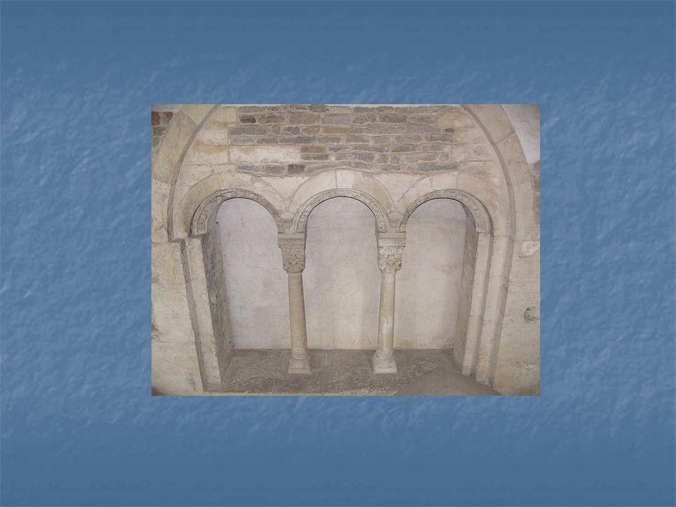 Trojitý nelomený oblouk románského slohu ve Zdíkově paláci (dříve Přemyslovský palác) v Olomouci