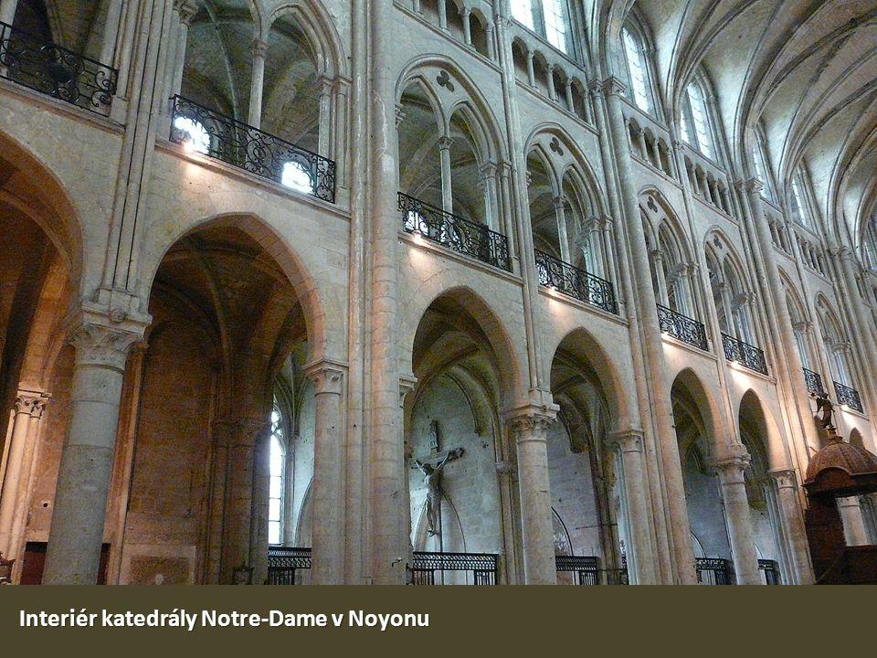 Interiér katedrály Notre-Dame v Noyonu