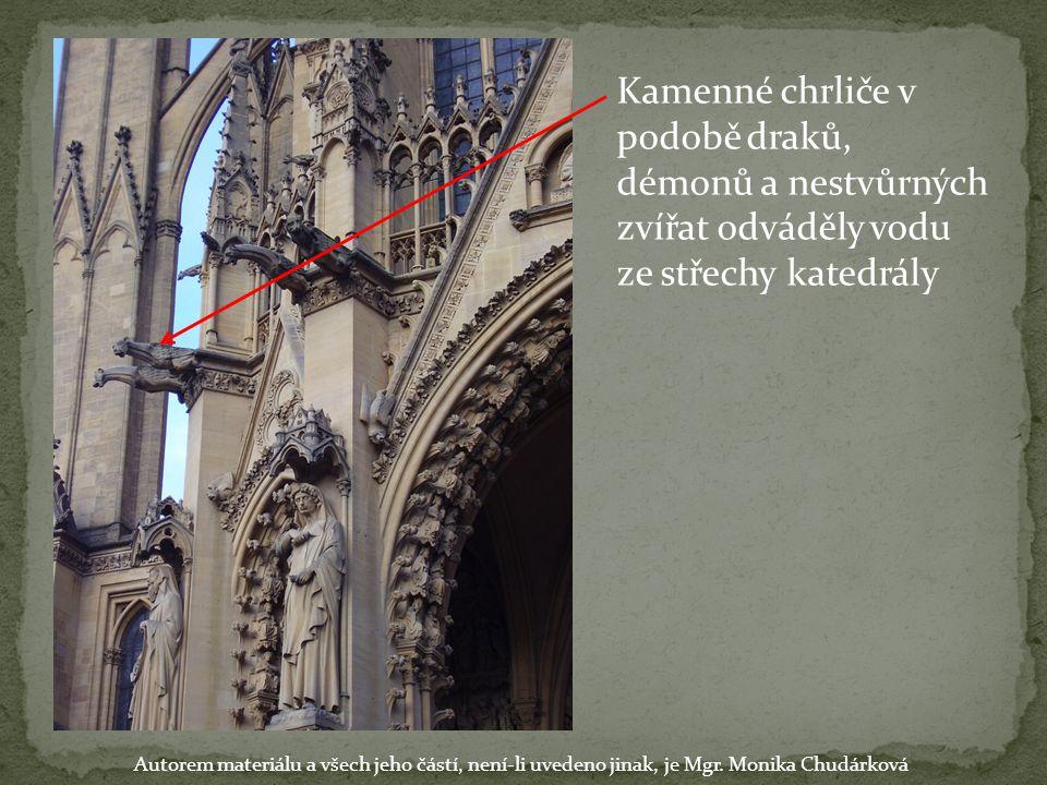 Kamenné chrliče v podobě draků, démonů a nestvůrných zvířat odváděly vodu ze střechy katedrály