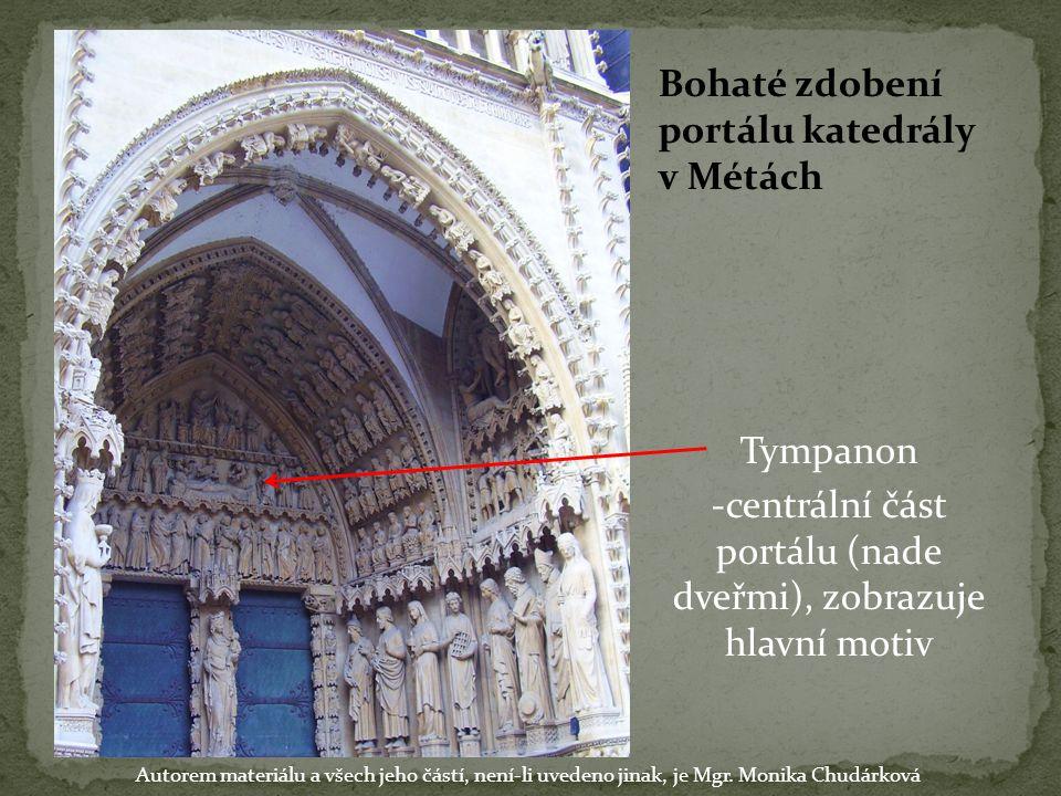 Bohaté zdobení portálu katedrály v Métách Tympanon -centrální část portálu (nade dveřmi), zobrazuje hlavní motiv