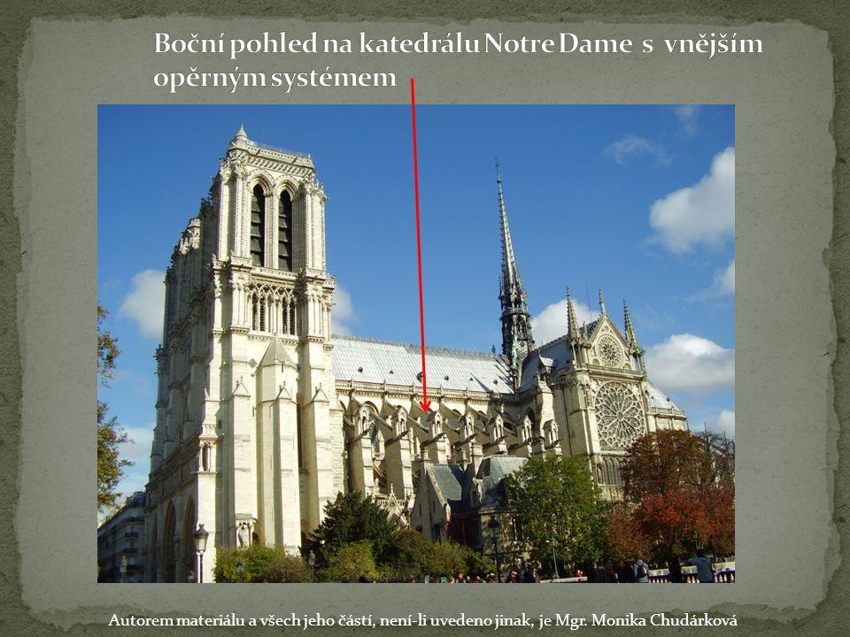 Boční pohled na katedrálu Notre Dame s vnějším opěrným systémem