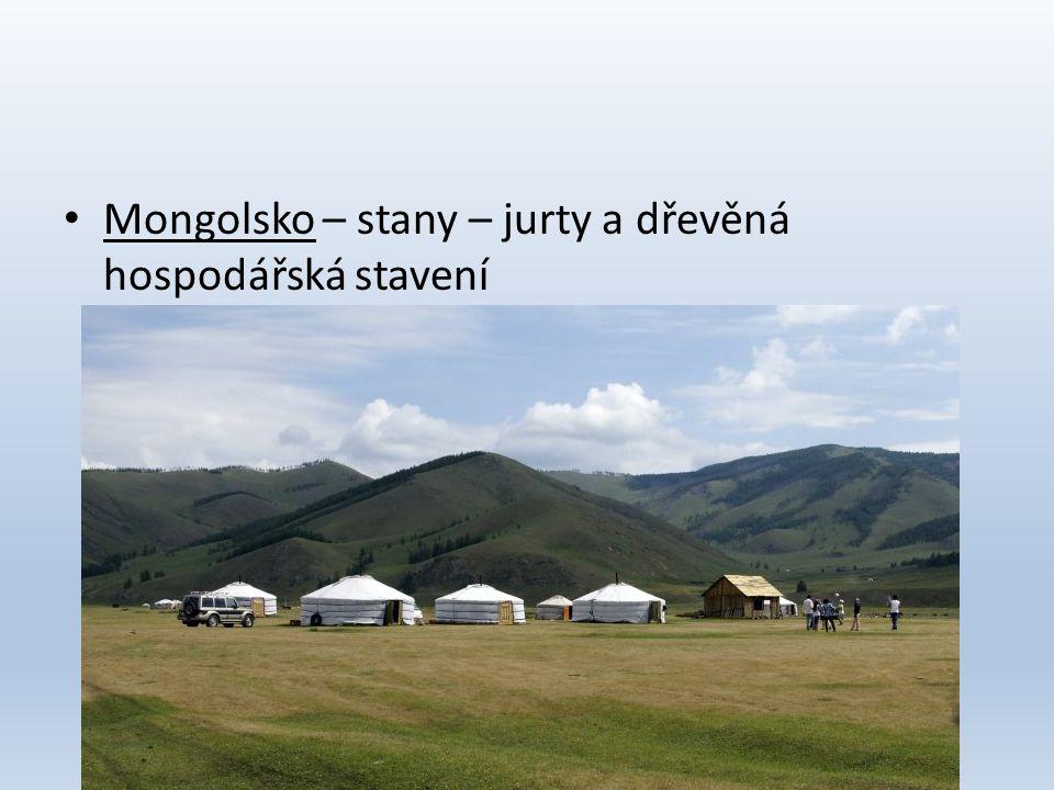 Mongolsko – stany – jurty a dřevěná hospodářská stavení