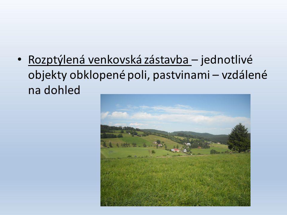 Rozptýlená venkovská zástavba – jednotlivé objekty obklopené poli, pastvinami – vzdálené na dohled