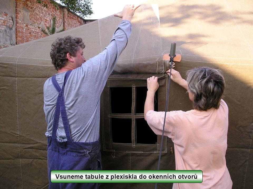 Vsuneme tabule z plexiskla do okenních otvorů