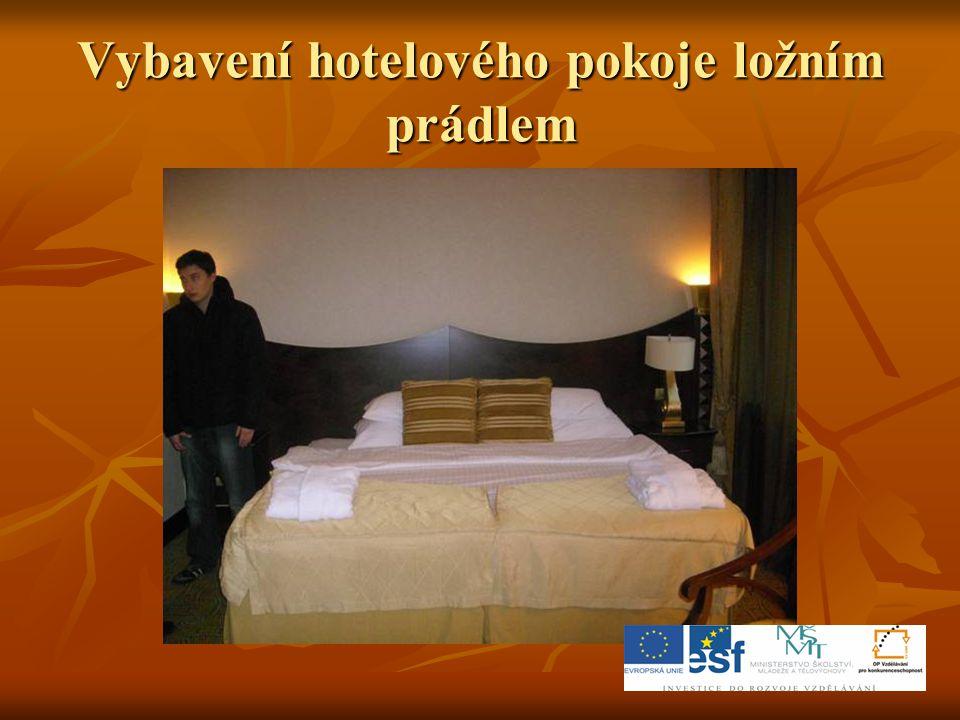 Vybavení hotelového pokoje ložním prádlem