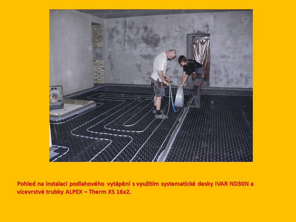 Pohled na instalaci podlahového vytápění s využitím systematické desky IVAR ND30N a vícevrstvé trubky ALPEX – Therm XS 16x2.