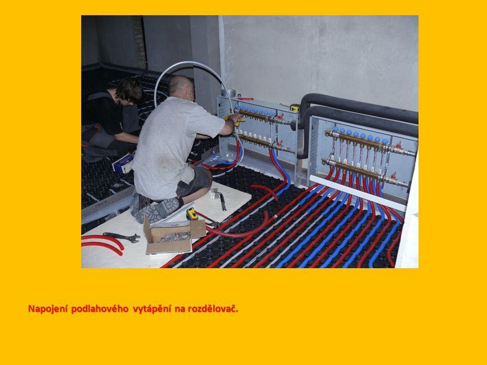 Napojení podlahového vytápění na rozdělovač.