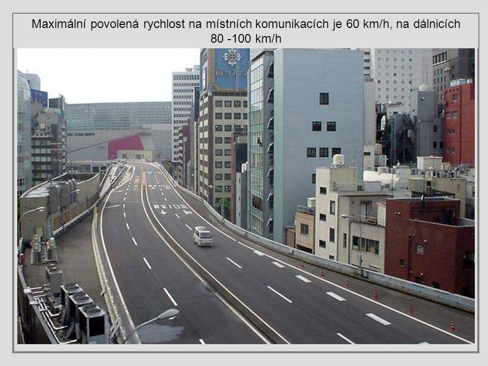 Maximální povolená rychlost na místních komunikacích je 60 km/h, na dálnicích 80 -100 km/h