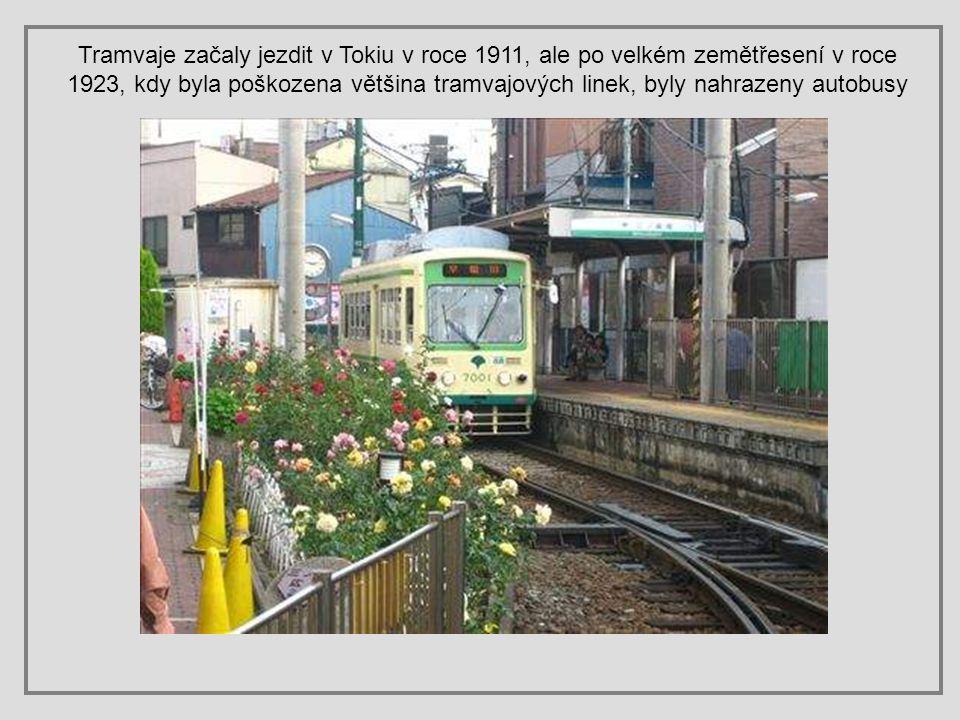Tramvaje začaly jezdit v Tokiu v roce 1911, ale po velkém zemětřesení v roce 1923, kdy byla poškozena většina tramvajových linek, byly nahrazeny autobusy