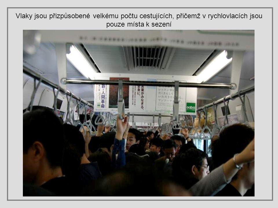 Vlaky jsou přizpůsobené velkému počtu cestujících, přičemž v rychlovlacích jsou pouze místa k sezení